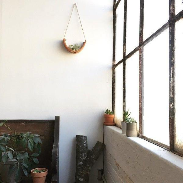 MUDPUPPY CERAMICS HANGING CERAMIC AIR PLANT CRADLE - TERRACOTTA