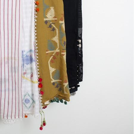 Injiri tassel pompom scarf - White