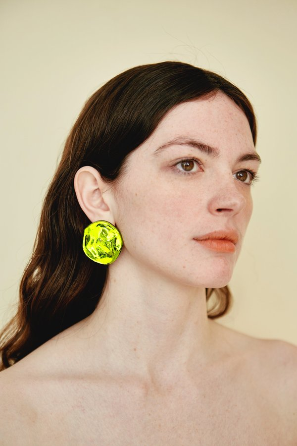 Julie Thevenot SMALL REFLECTION EARRINGS - chartreuse