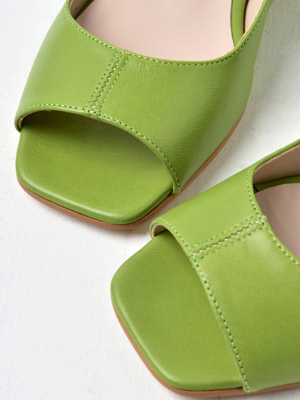 About Arianne Planes Sandal