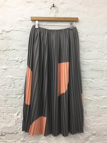 A Détacher Seraphine Skirt in Gray/Peach Obsidian Print