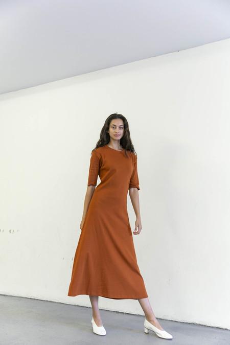 DELFINA BALDA BASIC COLOR SHORT SLEEVE DRESS - BROWN