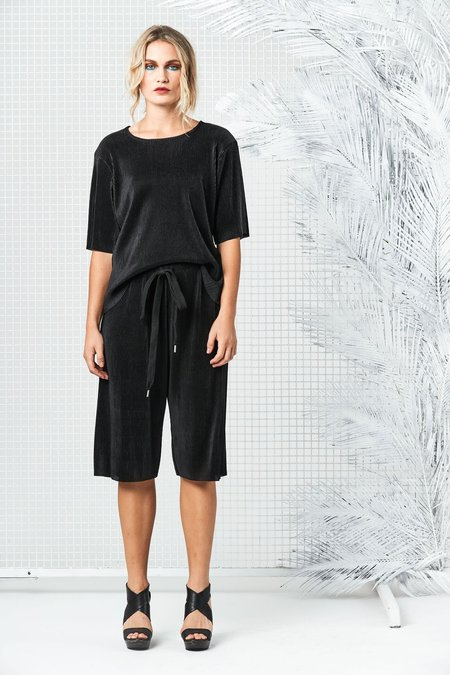 Maaike Water Tee - Black Pleat