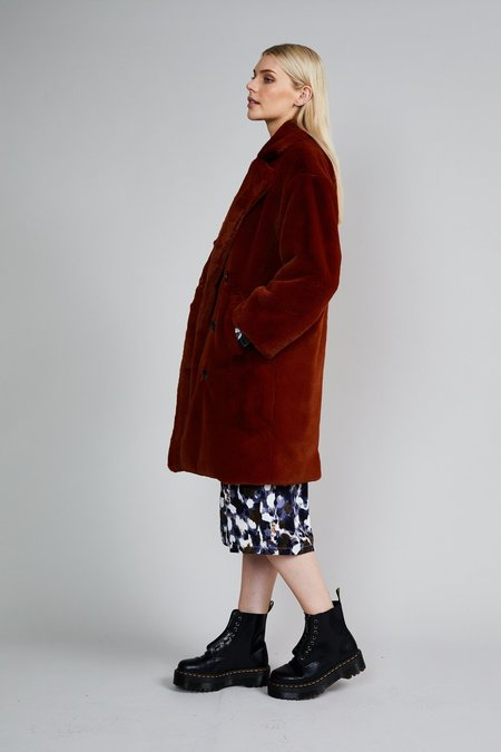 Native Youth THE CASJA FAUX FUR COAT - RUST