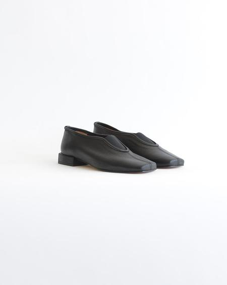 About Arianne Gillian Flat - Black