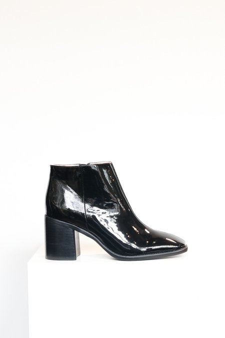 """INTENTIONALLY __________."" Hugs 2 Boot - Black"