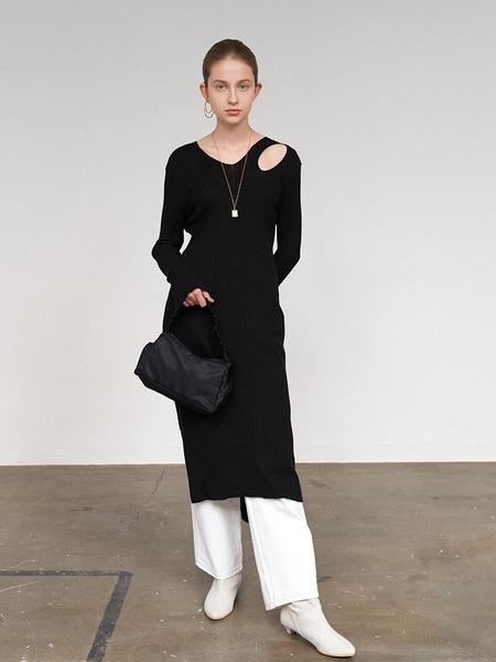 DIAGONAL Slit V-Neck Knit Dress - Black