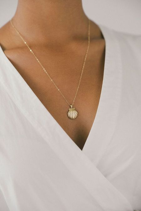 WOLF CIRCUS SHELL PENDANT NECKLACE - GOLD