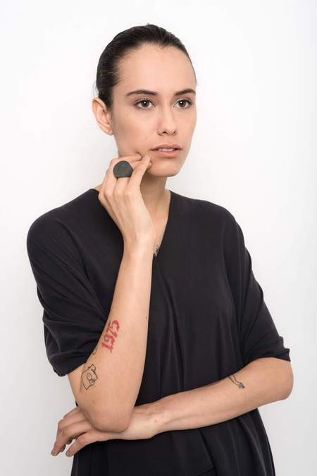 Uma Raquel Davidowicz Deriva Cement Ring