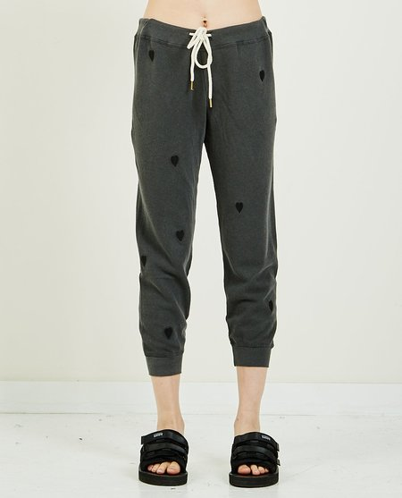 The Great. CROPPED BIG HEART SWEATPANT - CHARCOAL