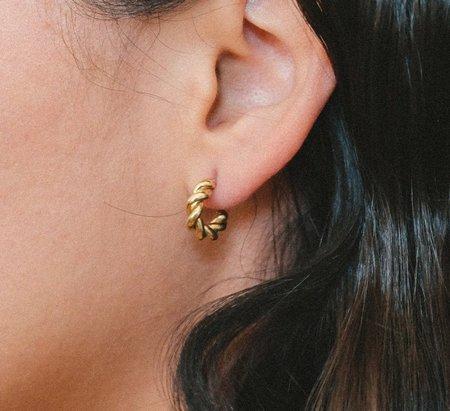Luiny Small Interlaced Hoop Earrings - Brass