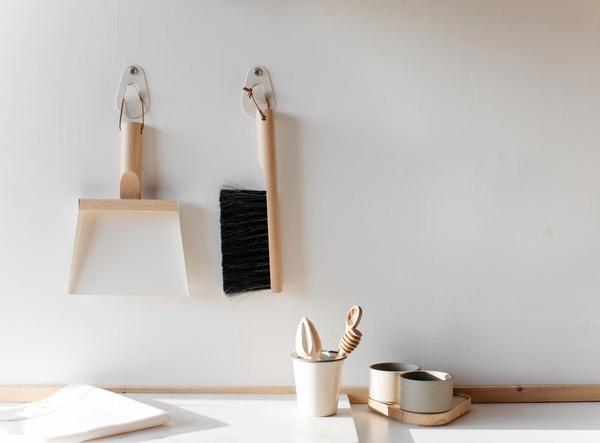 Kiss That Frog Andree Jardin Dustpan and Wall Hook Set - Cream