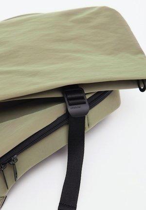 cote&ciel Small Isar Backpack - smooth khaki