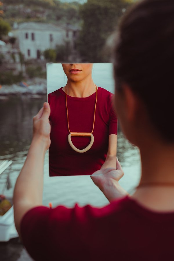 MATERIAL DROPS FIGURE NECKLACE