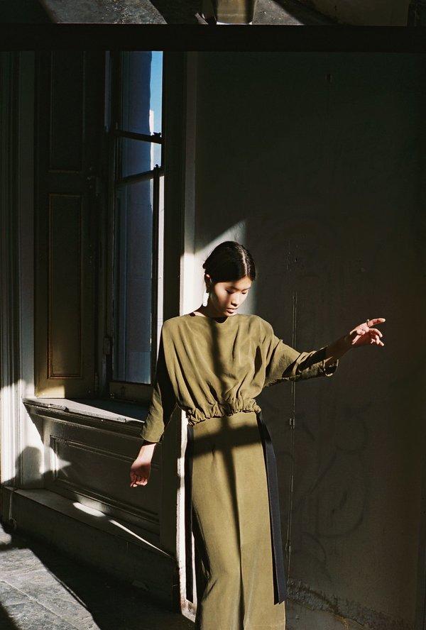 KAMPERETT LEYS DRESS - OLIVE