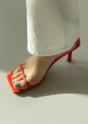 W A N T S Dia Heel