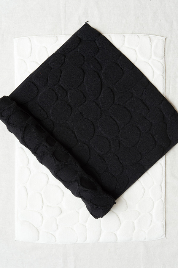 Ottaipnu Ishikoro Bath Mat In Black