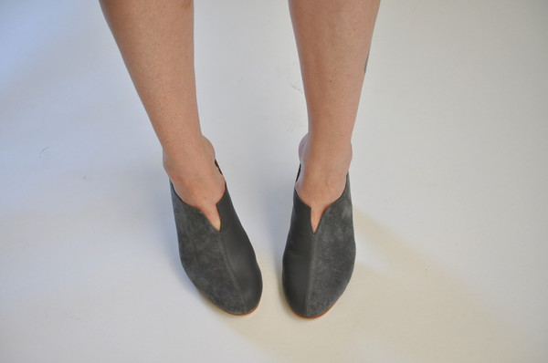 The Palatines Shoes dimidia comma heel clog - granite leather / slate suede